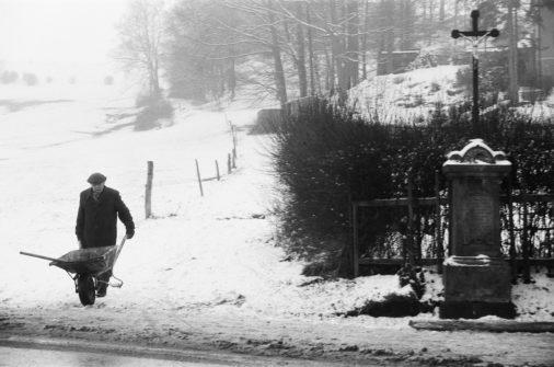 Man with a wheelbarrow, 1985, Großhennersdorf, Saxony, GDR, Germany, Europe